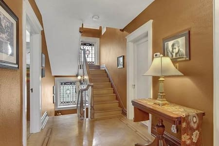 Master Suite in Historic 1914 Prairie-Mission Home - York - Maison