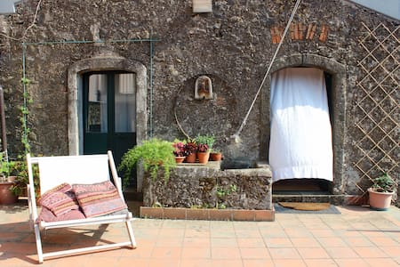 Tra Etna e Mare: old winery with private terrace - Hus