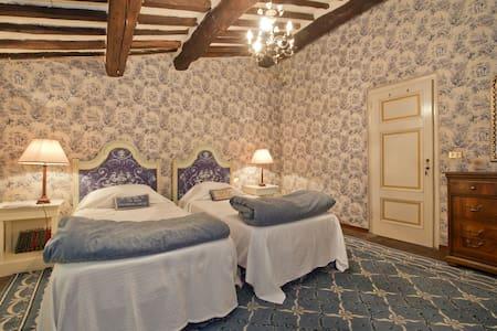 Twin Room in stunning C18th Villa - Bed & Breakfast