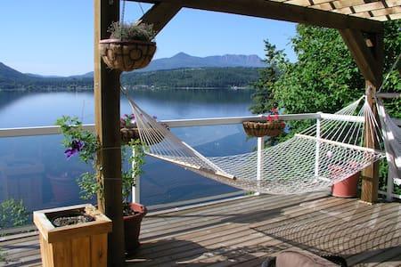 Semi-Lakefront Private Shuswap Home - Dům