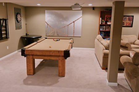 Whole Floor-Huge Basement! 6 guests - House