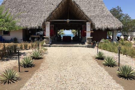 Las Sevillanas Beachfront Paradise - Bungaló