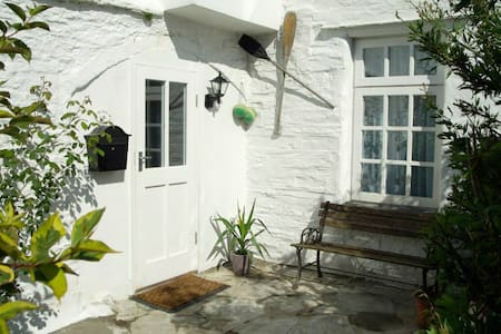 Bright cosy apartment 2 minute walk from the beach - Portscatho