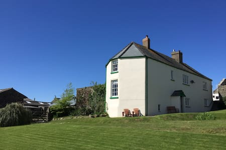 Cosy double room in old farmhouse - Instow