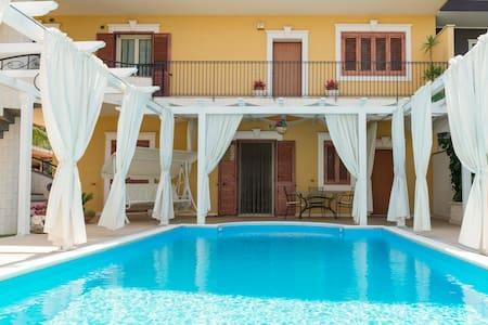 Casa vacanza in villa con piscina - Palazzolo - Apartemen