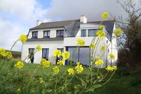 Maison vue mer avec jardin privé. - Saint-Nic - Huis