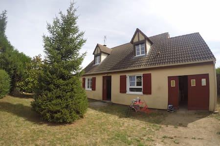 Agréable maison à la campagne entre Seine et Loing - Huis