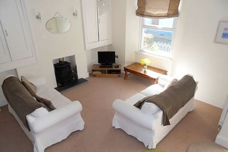 Lulu Stone Close to the heart of Tenby & beaches - House