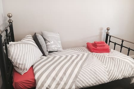Guest Room in Leafy Inner-City Suburb - Saint Peters