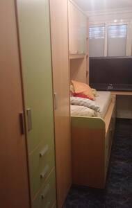 Habitación Individual con TV y wifi - Leilighet