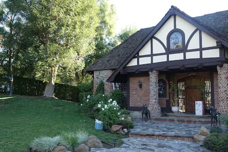 english tudor home, lake, Jacuzzi - Rumah