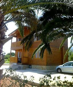 Casa de madera entre naranjos - Haus