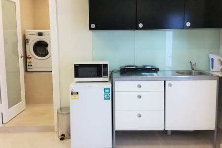 Near new private room in a 2 bedroom granny flat* - House