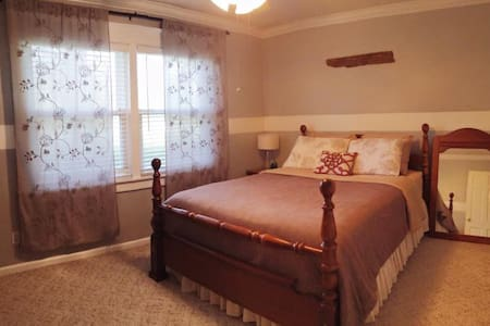 Guest room with Queen bed - Σπίτι