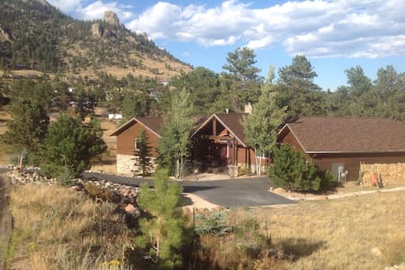 MODERN MOUNTAIN HOME, Entire Lower Level - Estes Park - Maison