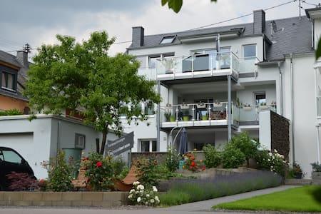 """Ferienwohnung Moselterrasse """"Schiefer"""" - Detzem - Apartment"""