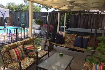 Quiet private room w/pool,hot tub, all home access - Casa