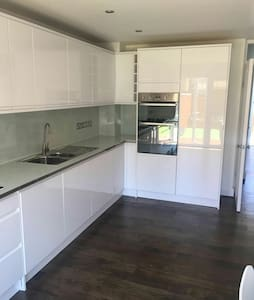 ELEGANT NEW REFURBISHED DOUBLE ROOM - Rumah