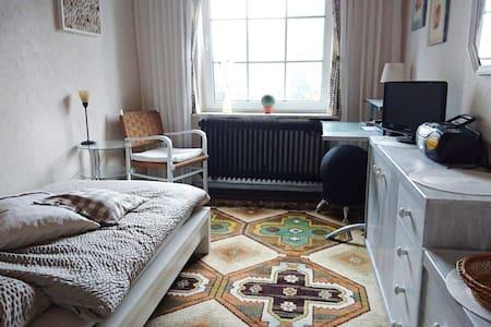Helles, gemütliches Zimmer in ruhigem Landhaus - Hus