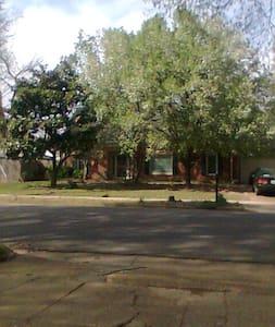 Quiet neighborhood,close to 240 - Memphis - Casa