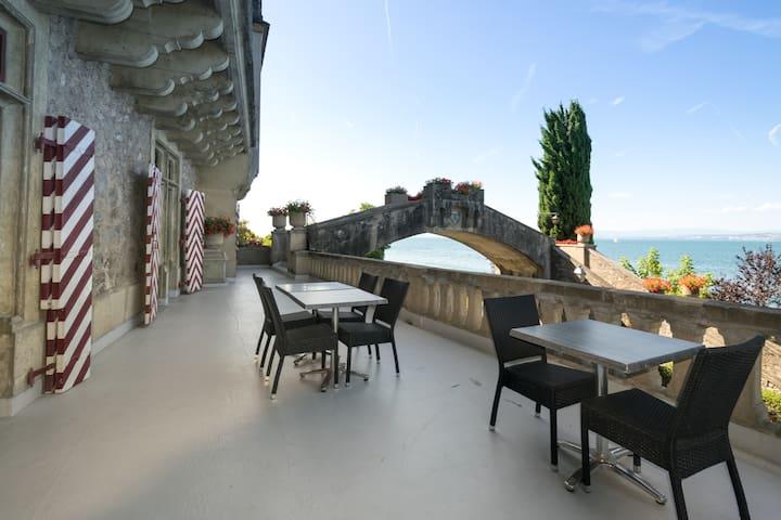 Ds un Château au Bord du Lac Léman - Castle