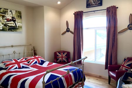 Upstairs View, Queen Bed, British Decor, Quiet Fan - 一軒家