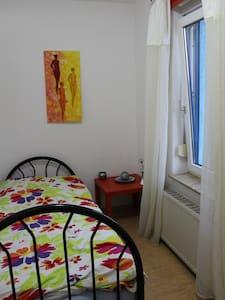 Zimmervermietung:Einzelzimmer m.WC,Küche,Wohnraum - Gotha - Casa
