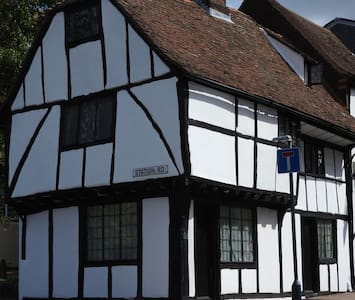Lovely medieval timber framed cottage - Huis