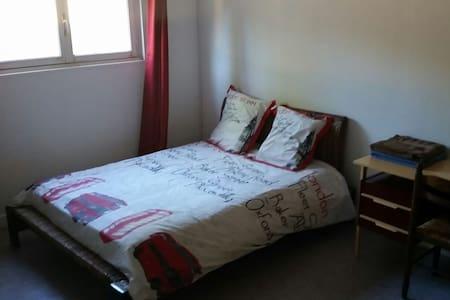 chambre dans maison avec jardin - House