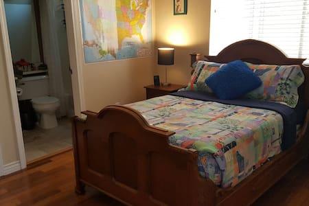 Dormitorio cómodo, limpio con baño privado - Casa