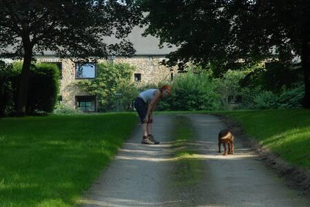 Emeville maison en pierre du pays et grand jardin - Guesthouse