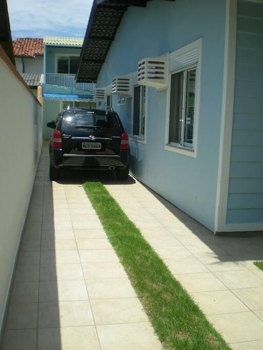 Lateral onde os carros ficam.