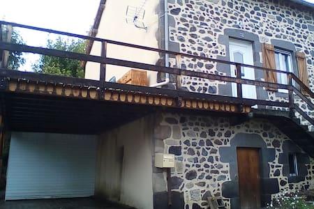 maison en pierre à côté de Vulcania - Casa