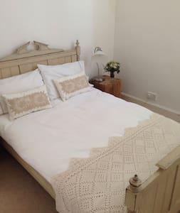 ZEDA ROOM 2 (Small double bed) - Huis