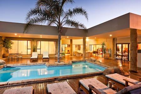 Poolside room @ Boulders Lodge - Oudshoorn - Bed & Breakfast