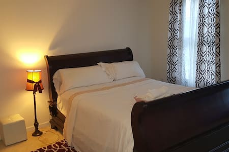 Private furnished room in a beautiful home - Casa