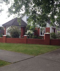 A lovely room, private bathroom, walk to city. - Newstead - Haus