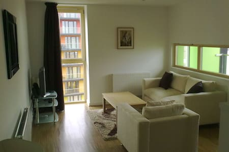 Cosy room available in an apartment - Barking