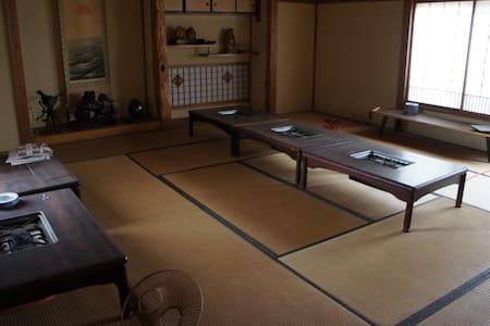 部屋数多数で大人数OK、スキー場多数(車で30分前後)、徒歩5分以内に天然温泉、有名へぎそば店あり - Tōkamachi-shi