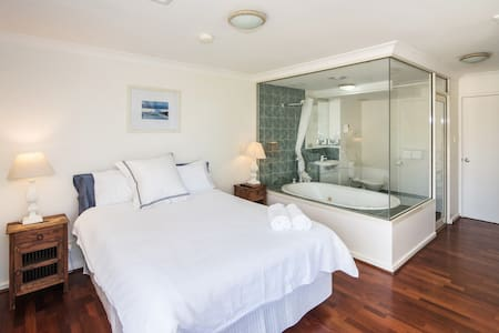 ABSOLUTE OCEAN FRONT 3 BEDROOM APARTMENT - Broadwater - Daire