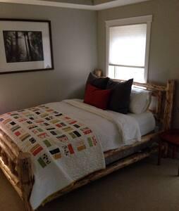 Cozy room in quiet condo - Canmore - Townhouse