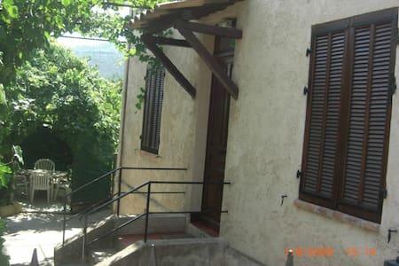 """la Treille"" RDC 35 M2 dans maison - Huoneisto"