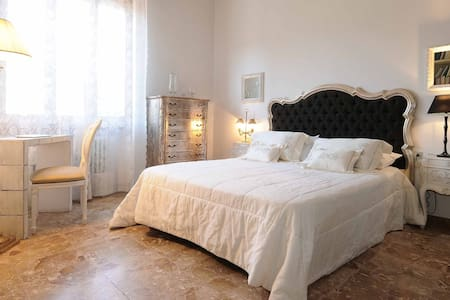 Florence area, quiet, comfortable private bedroom - Bed & Breakfast