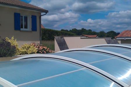 maison entre ville-campagne,  piscine (Juillet ) - Hus