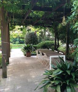 Open space inside wonderfull garden - Vindsvåning