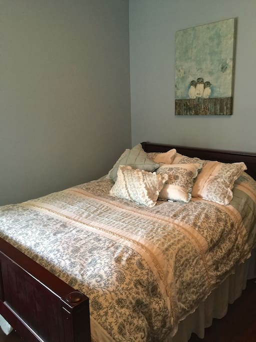 Guest bedroom with full size bed and twin size trundle.