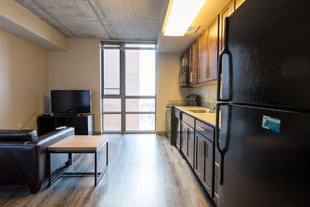 Beautiful Studio 1 block from UofM - Apartment