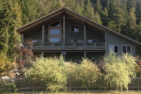 Forge & Songbird Guesthouse - Mountainview Room #2 - Sicamous