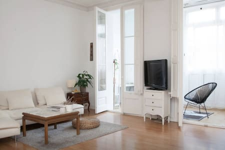 In the heart of the city, located in the best part of central Barcelona Eixample you'll find my 160m2 flat. It's spacious, bright, full with plants and decorated with style and lots of love. I will be away for the xmas holidays therefore renting it.