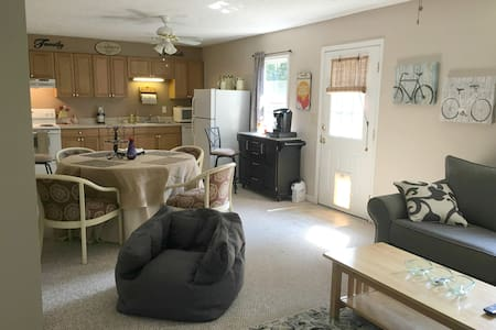 Cozy, Wooded Retreat/Easy Drive to UGA and GA Tech - Apartment